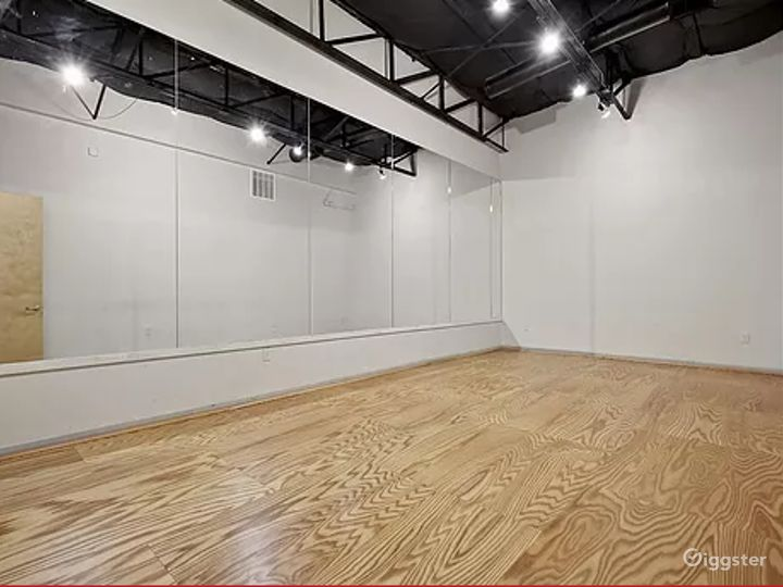 A Massive Exquisitely Finished Space for Artistic Event Buyout Photo 3