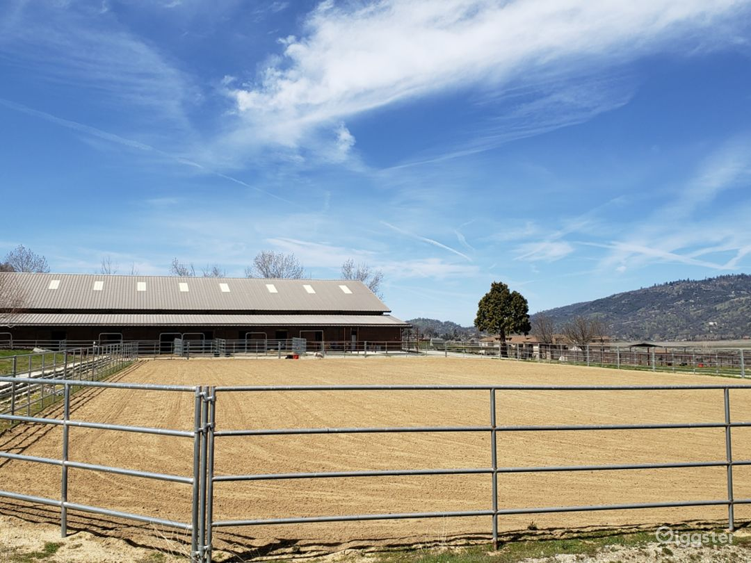 Ranch house with attached barn and indoor arena Photo 4