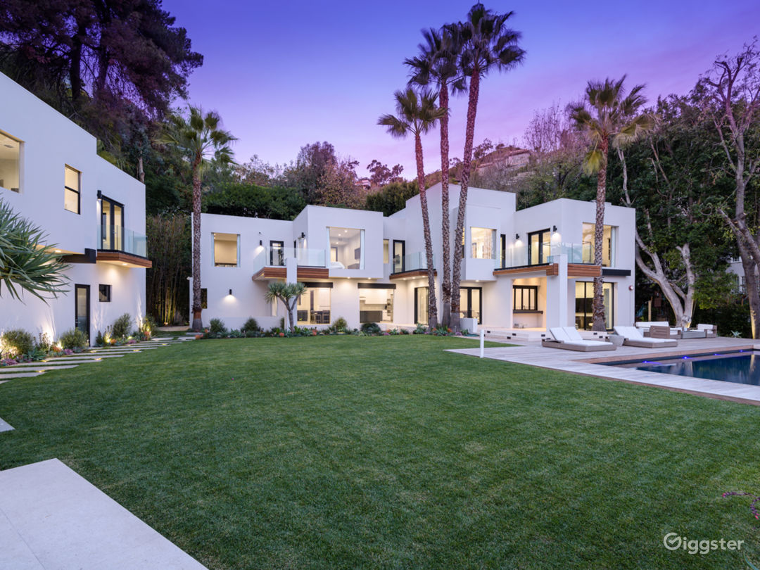 Large & Open Bright Modern Home W View Photo 2