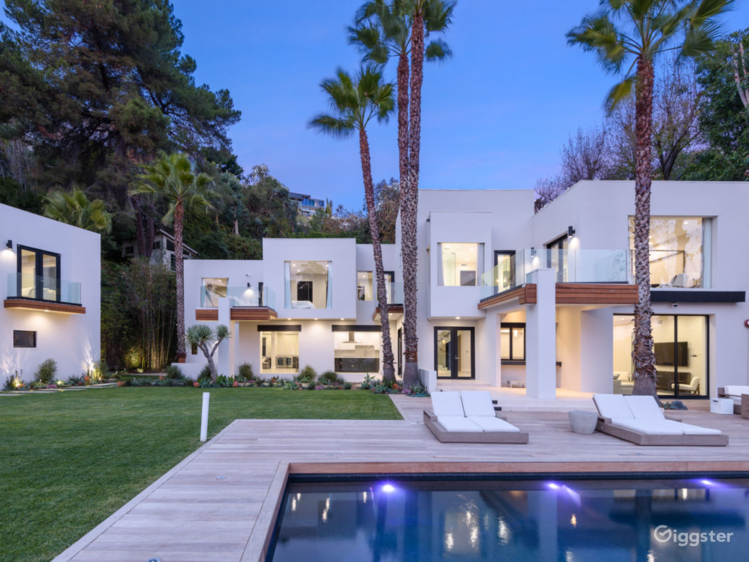 Large & Open Bright Modern Home W View Photo 3