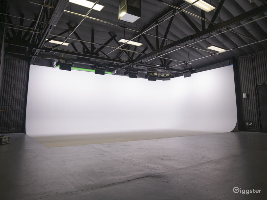 SAF Production Soundstage White Cyc Green Screen Photo 2