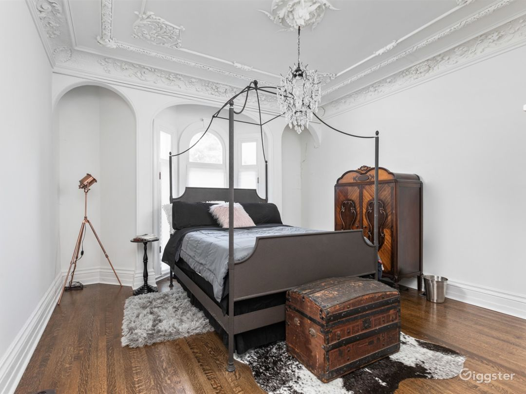 Formerly an artisan's studio, the bedroom boasts some of the most incredible plasterwork in the city.