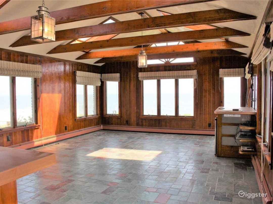 Sunroom with custom built bar - perfect for events!