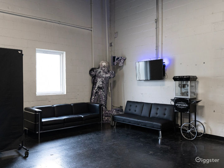Industrial Space with Luxury Cars Best for Filming & Photoshoots Photo 5