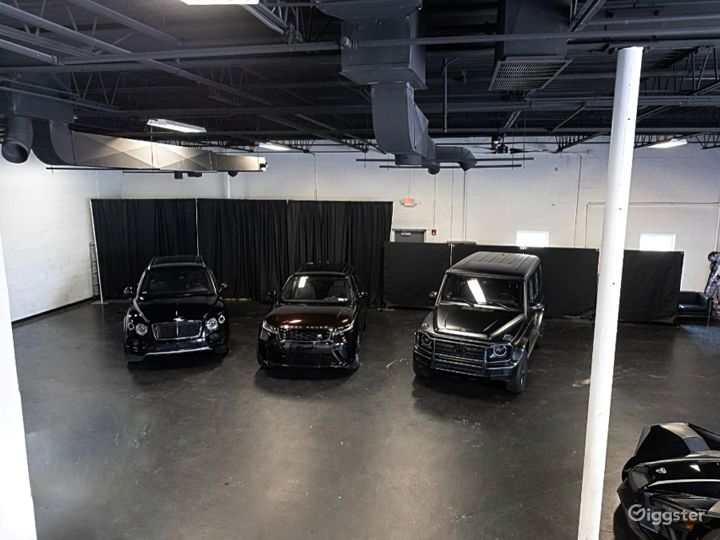 Industrial Space with Luxury Cars Best for Filming & Photoshoots Photo 3