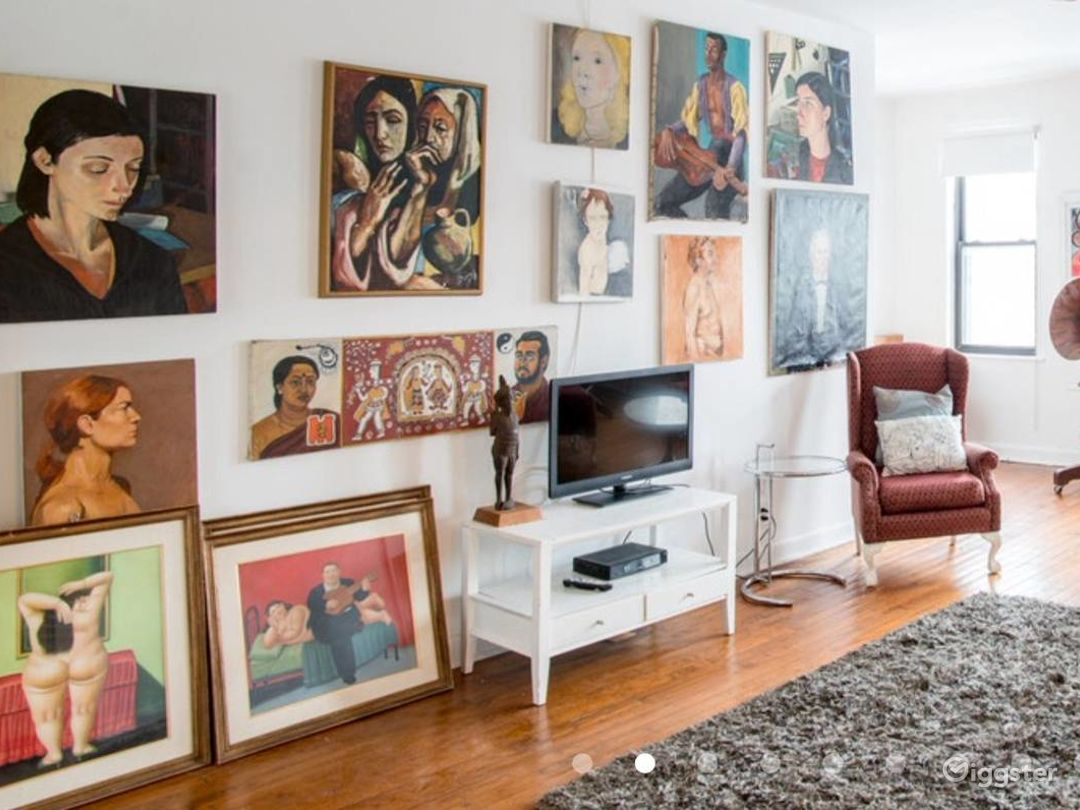 Large loft with lots of windows art and antiques Photo 1