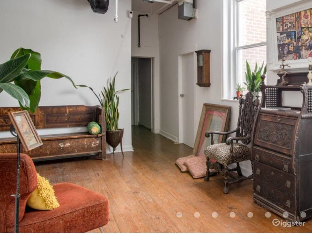 Large loft with lots of windows art and antiques Photo 3