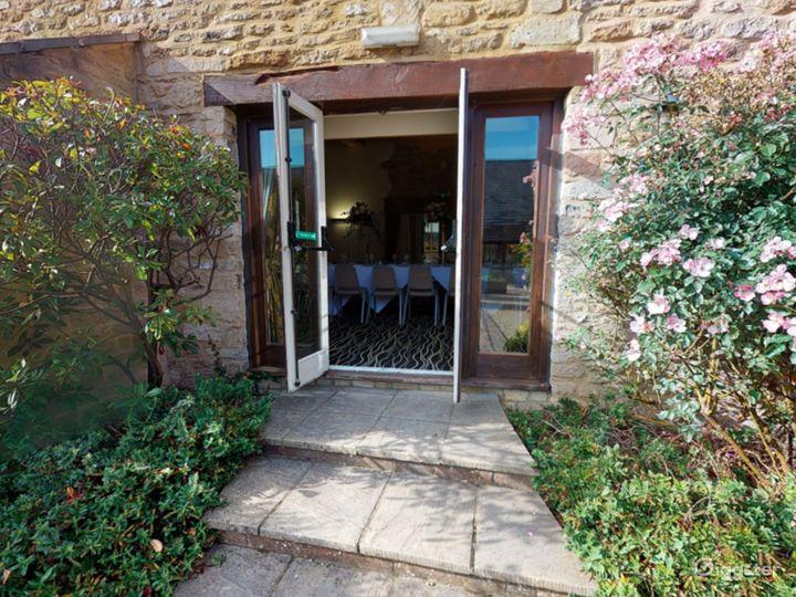 Spacious Courtyard in Oxford Photo 4