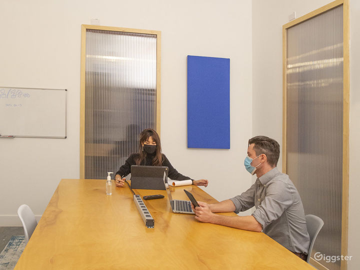 Modern and Dynamic Office Space with Natural Light Photo 4