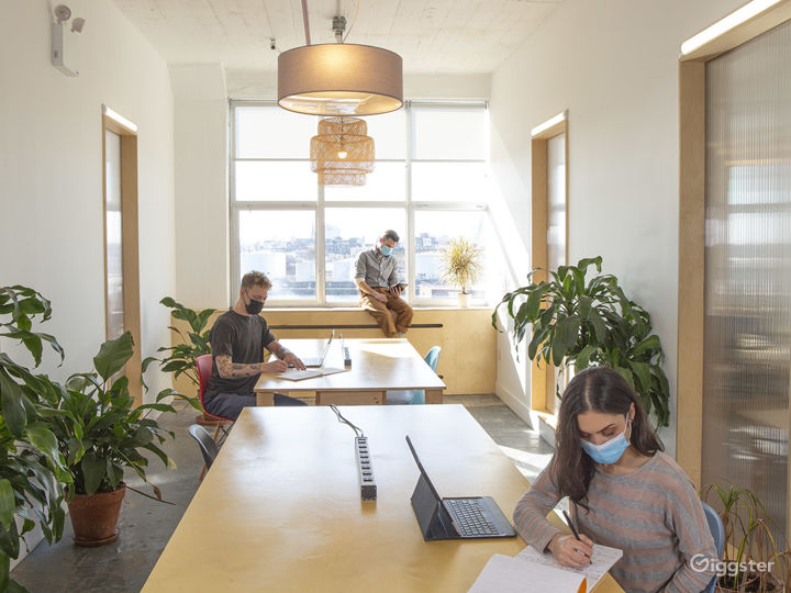 Modern and Dynamic Office Space with Natural Light Photo 2
