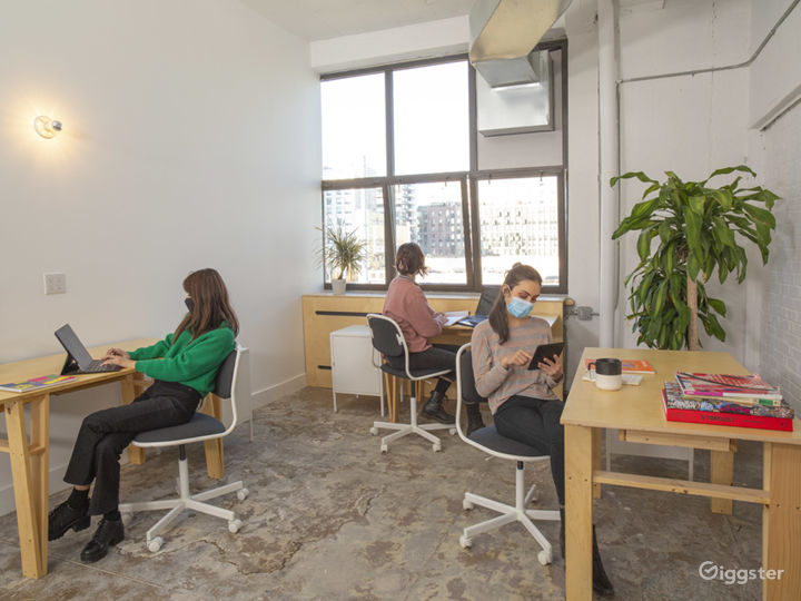 Modern and Dynamic Office Space with Natural Light Photo 3