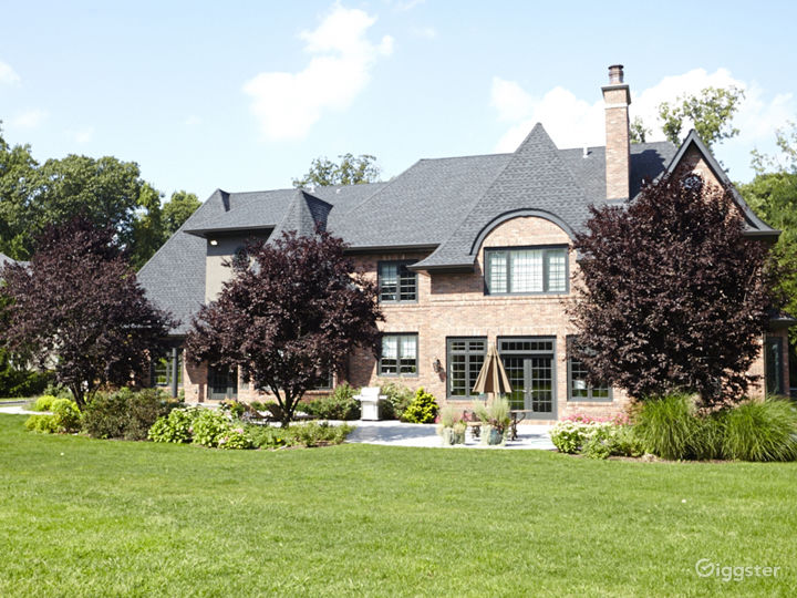Large traditional suburban home: Location 5052