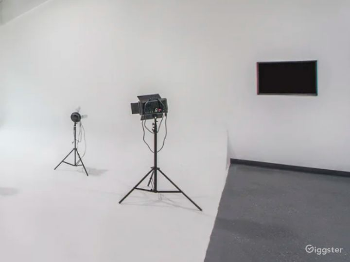 All White Studio Space with Garage Access Perfect for Photoshoots, and Car/Auto Productions Photo 3