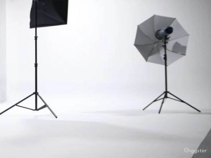 All White Studio Space with Garage Access Perfect for Photoshoots, and Car/Auto Productions Photo 4