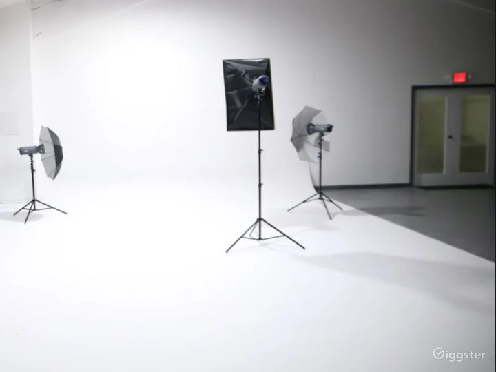 All White Studio Space with Garage Access Perfect for Photoshoots, and Car/Auto Productions Photo 2