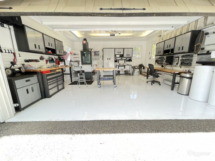 Elon's Garage With Lot's Of Light. Photo 2