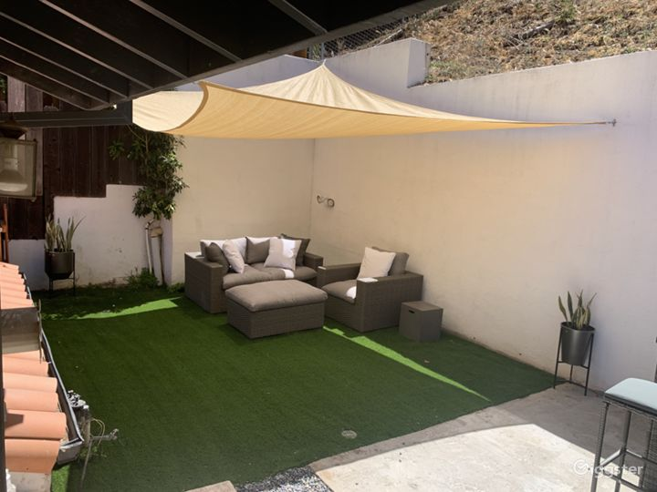 SPACIOUS AND BEAUTIFUL OASIS IN HOLLYWOOD HILLS Photo 3