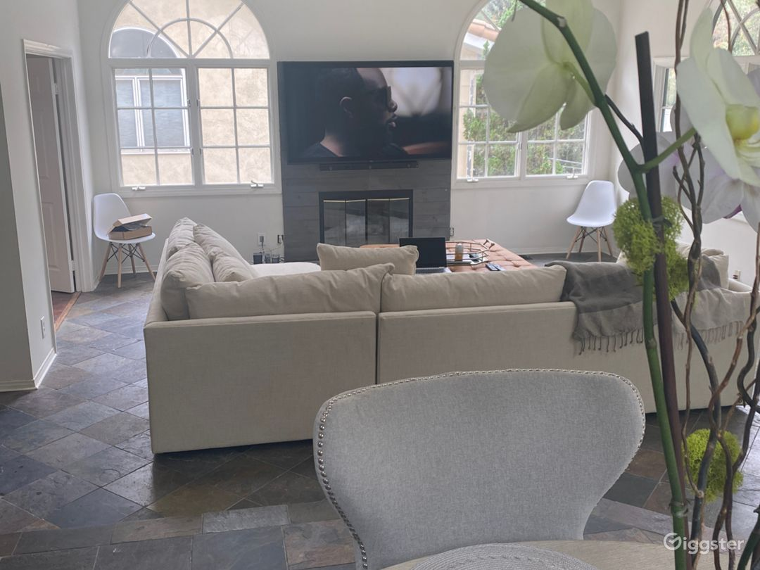 SPACIOUS AND BEAUTIFUL OASIS IN HOLLYWOOD HILLS Photo 1