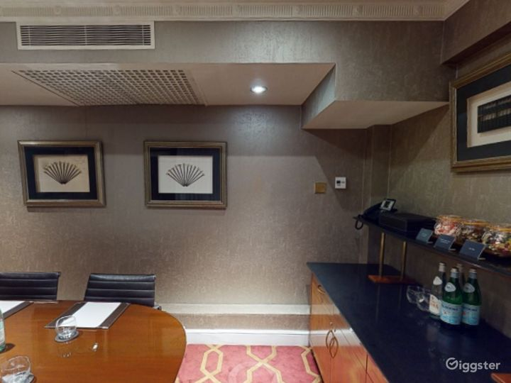 Small Private Room 15 in London, Heathrow Photo 2
