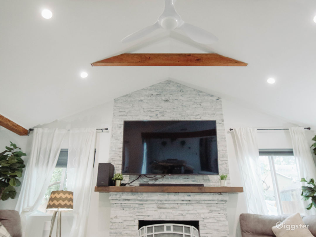 Open bright white house - vaulted & exposed beams  Photo 2