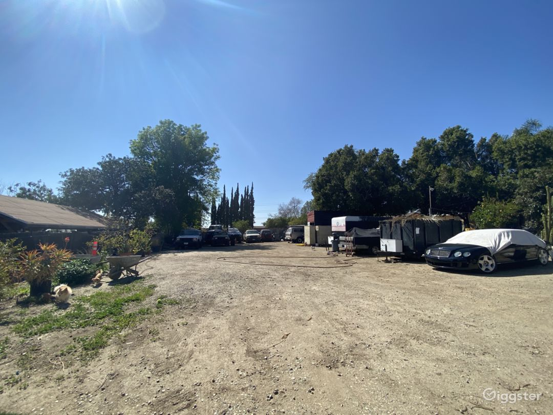Large dirt yard / Mechanics workshop Photo 1