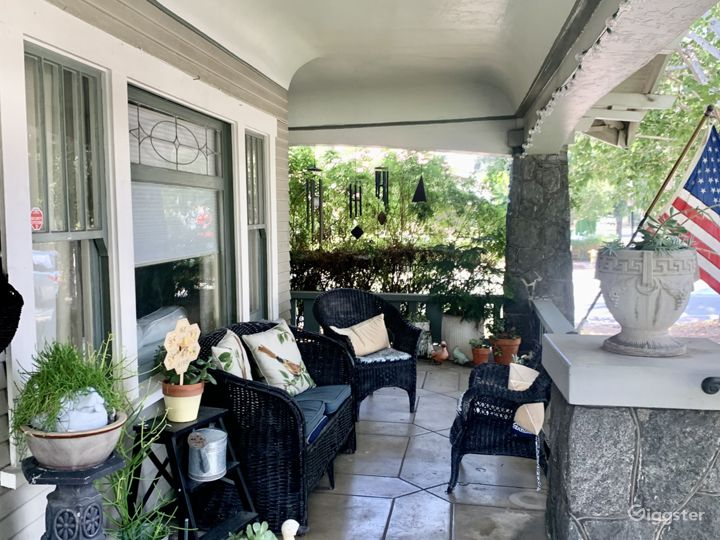 Spacious front porch to watch the going on🌱