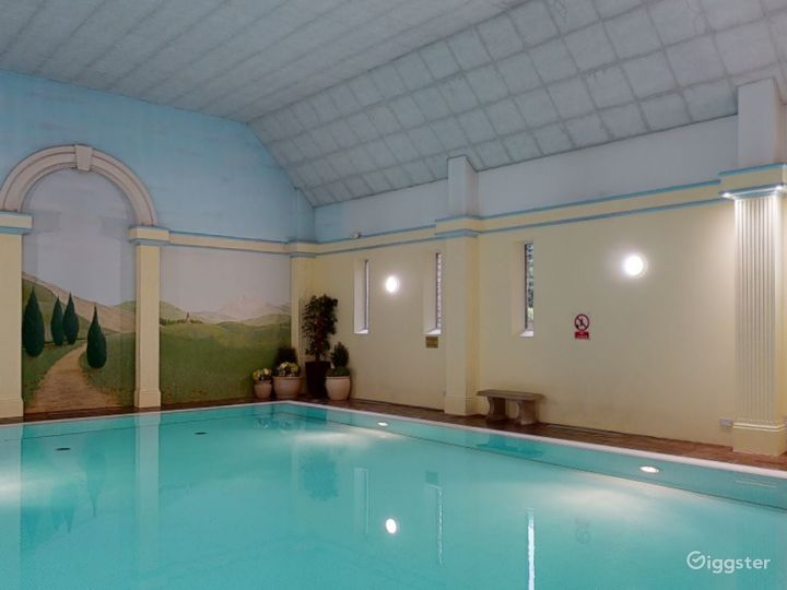 Large Hotel Pool in Oxford Photo 4