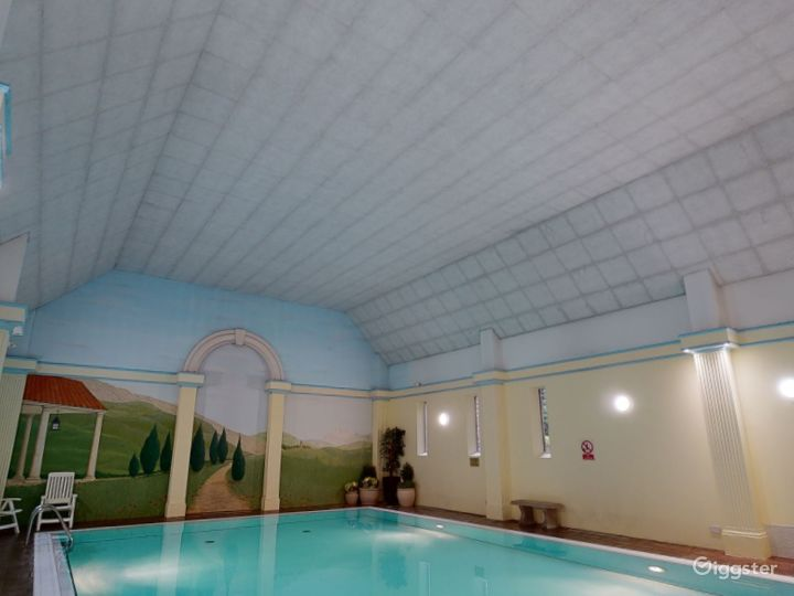 Large Hotel Pool in Oxford Photo 3