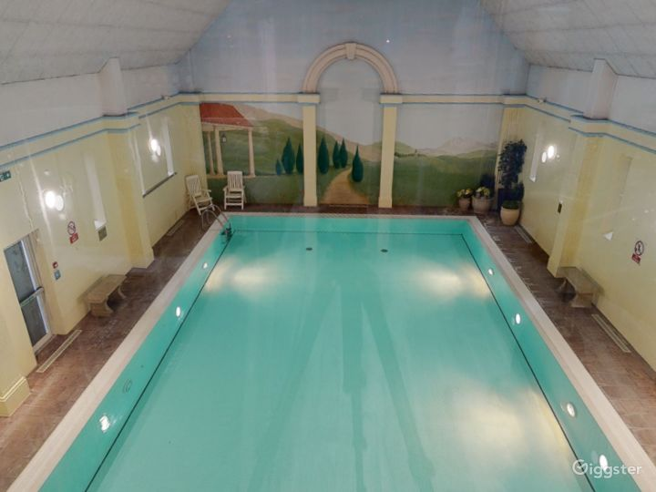 Large Hotel Pool in Oxford Photo 2