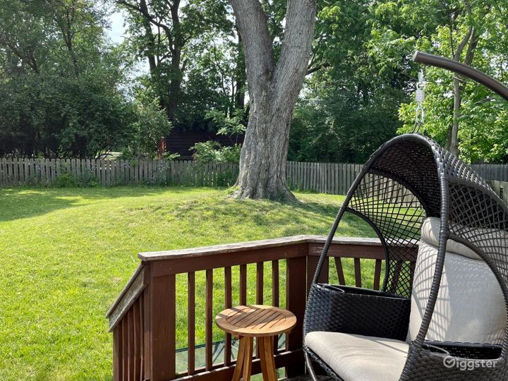 Bright Backyard View Meeting Room Photo 5