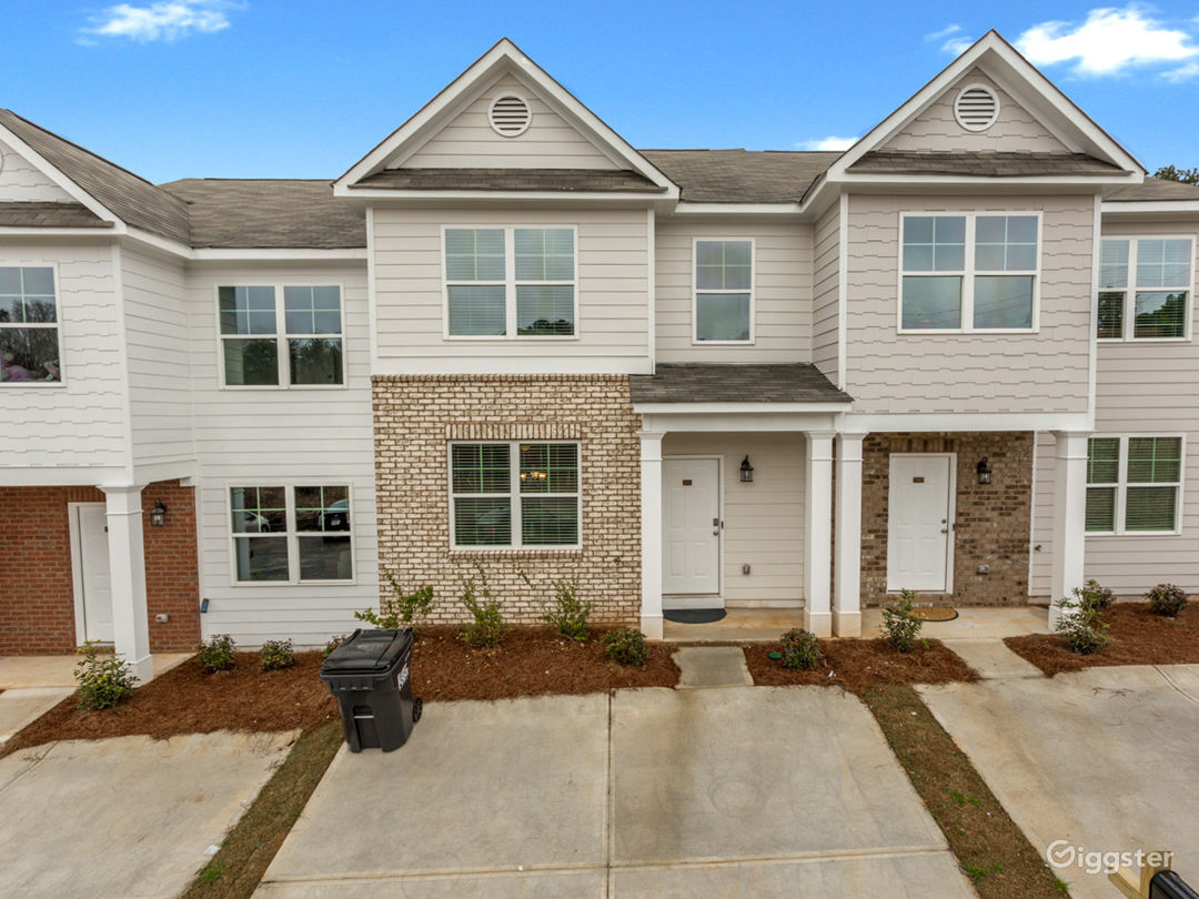 Updated and Spacious Townhome/Near Airport Photo 1