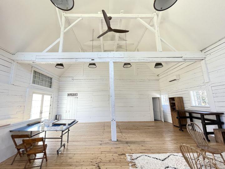 Beautiful white renovated barn w/ soaring ceiling Photo 5