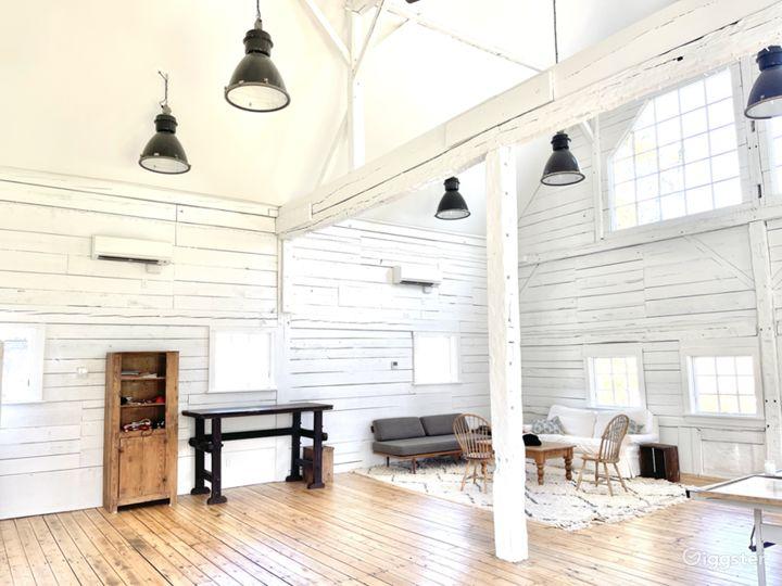 Beautiful white renovated barn w/ soaring ceiling Photo 2
