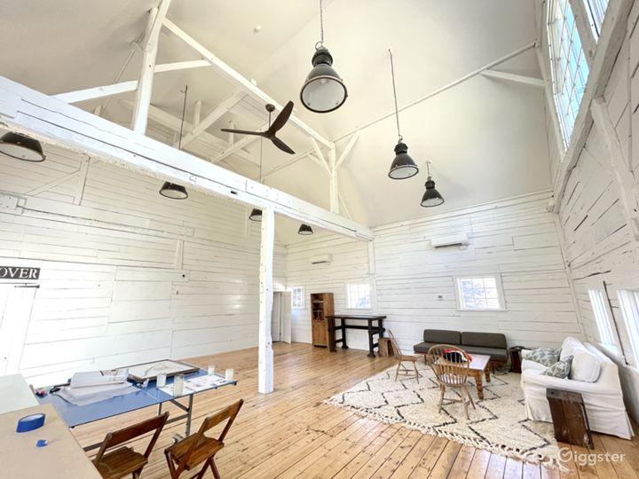 Beautiful white renovated barn w/ soaring ceiling Photo 4