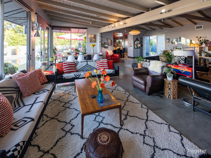 HIP MID CENTURY with VIEW Photo 3
