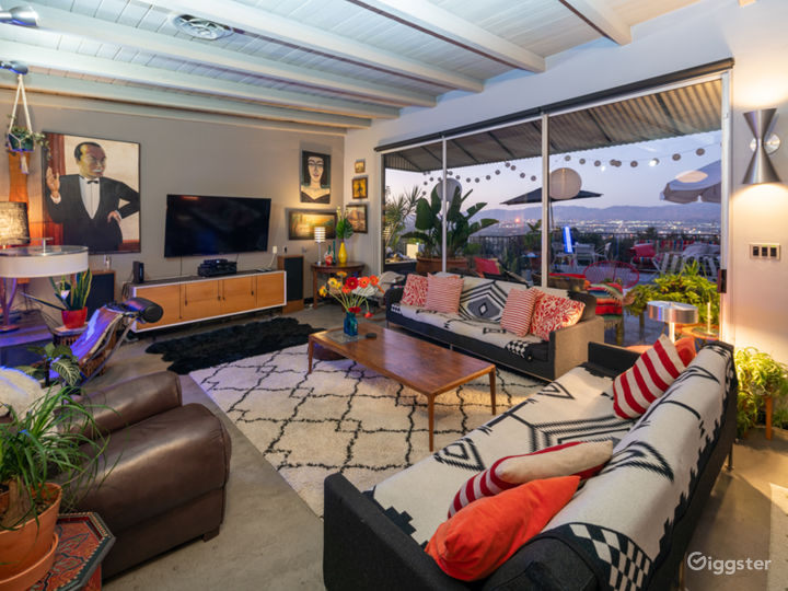 HIP MID CENTURY with VIEW Photo 4