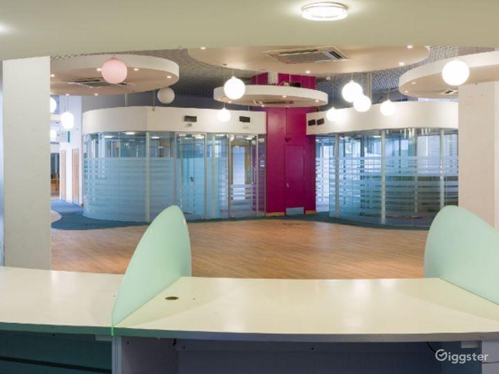 Retro-modern Aesthetic Reception Lobby in London Photo 3