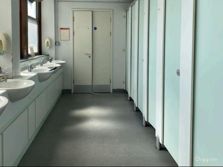 Retro-modern Aesthetic Reception Lobby in London Photo 5