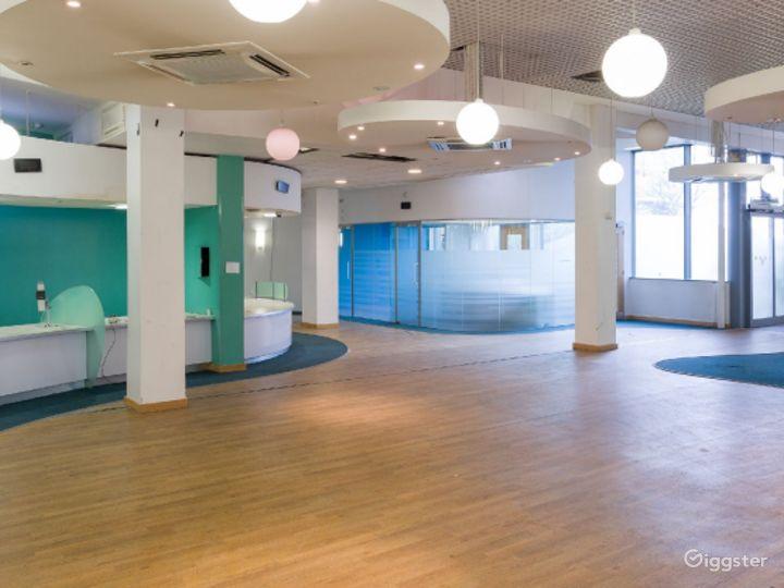 Retro-modern Aesthetic Reception Lobby in London Photo 2