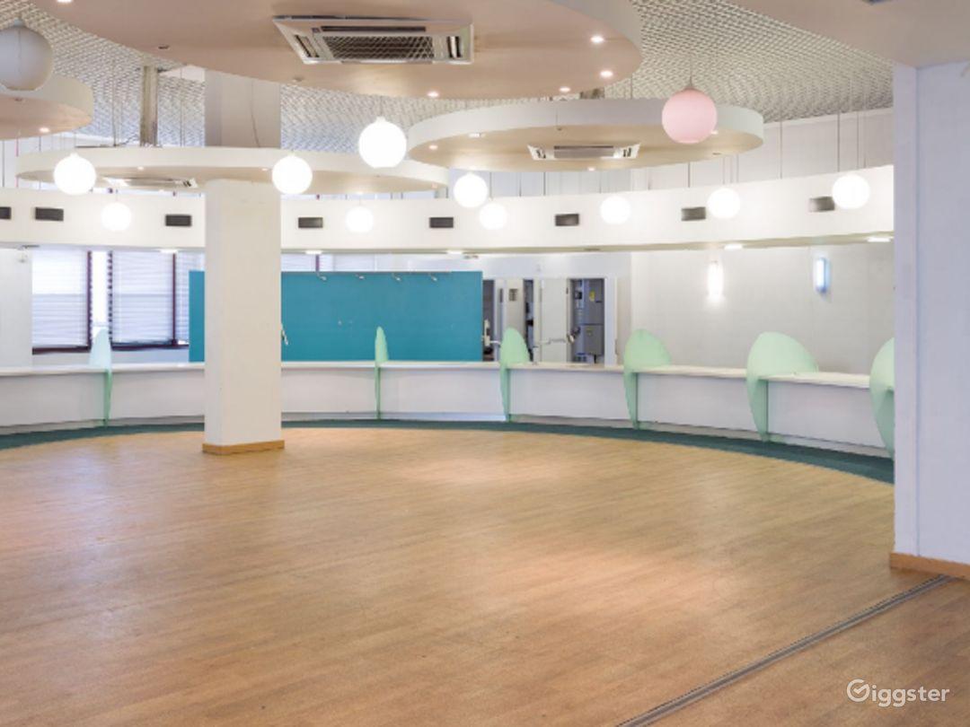 Retro-modern Aesthetic Reception Lobby in London Photo 1
