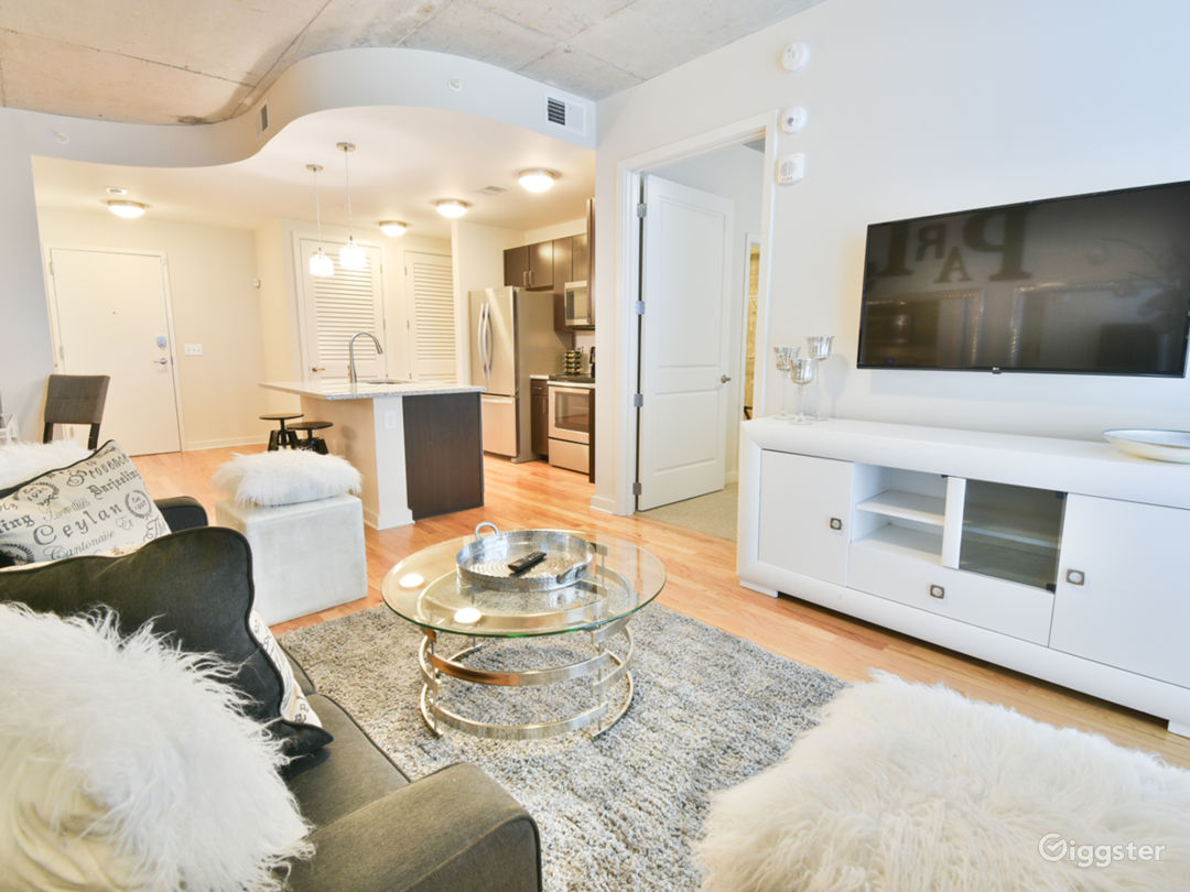 Chic Midtown Business District Apt Natural Light Photo 1
