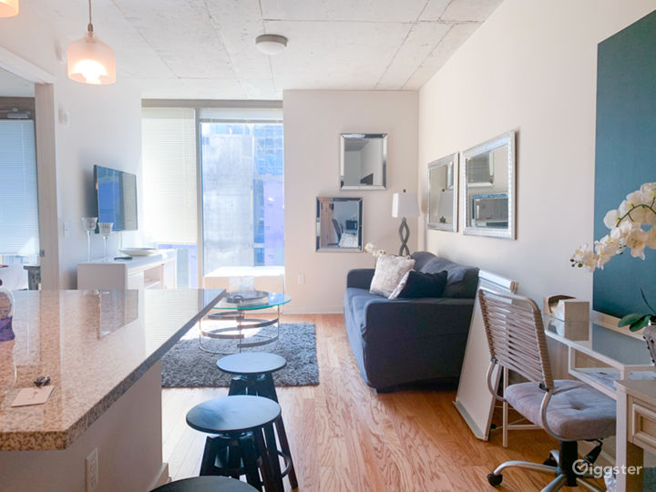 Chic Midtown Business District Apt Natural Light Photo 4