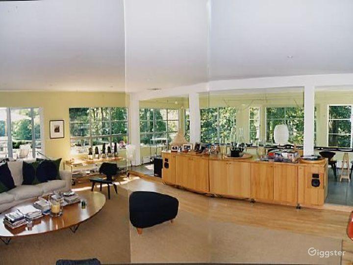Contemporary light spacious home: Location 2819 Photo 4