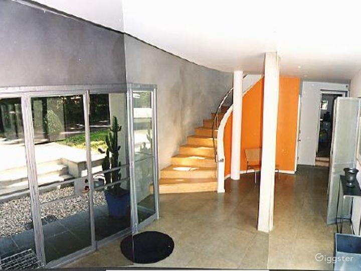 Contemporary light spacious home: Location 2819 Photo 5
