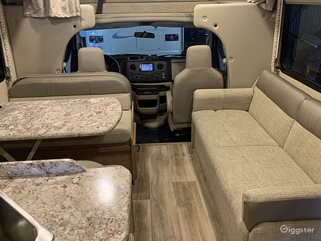 Deluxe and Easy to Maneuver 26sq ft 2018 Thor Freedom Elite Recreational Vehicle Photo 1