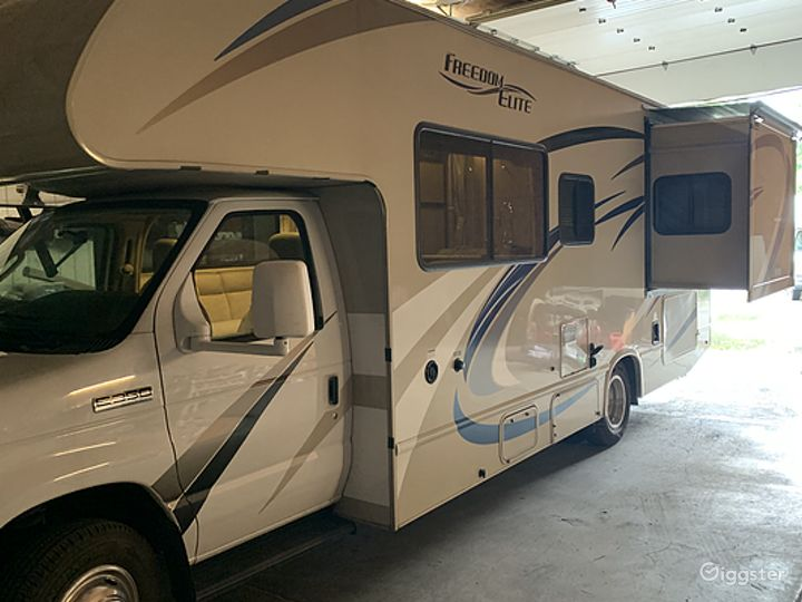 Deluxe and Easy to Maneuver 26sq ft 2018 Thor Freedom Elite Recreational Vehicle Photo 2