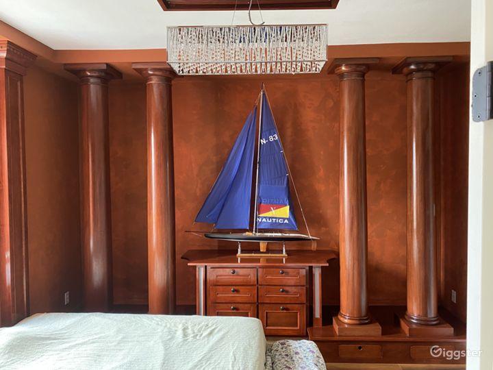 Wooden columns in the bedroom