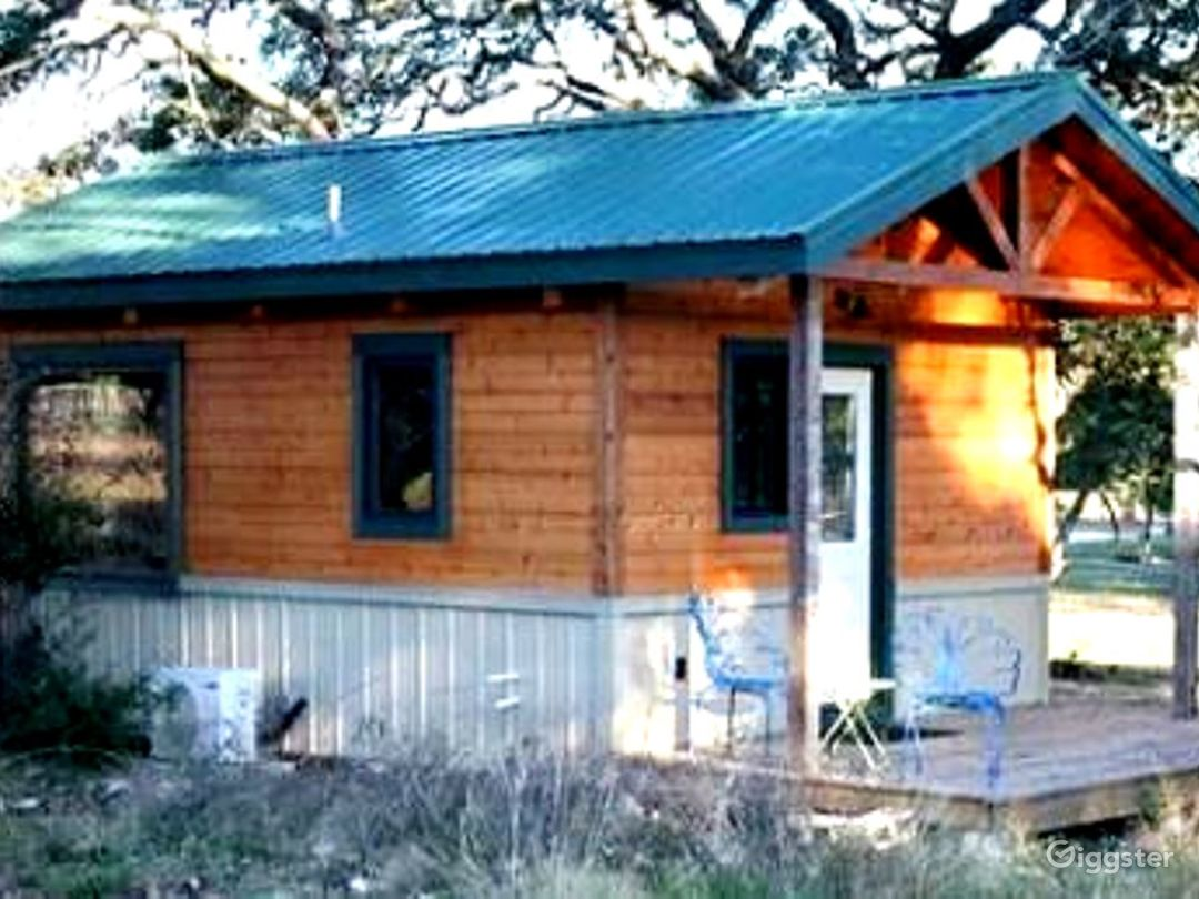 Hunter Cabin - Queen bed, kitchen and bath.  All amenities.  Firepit with wood and S'mores.