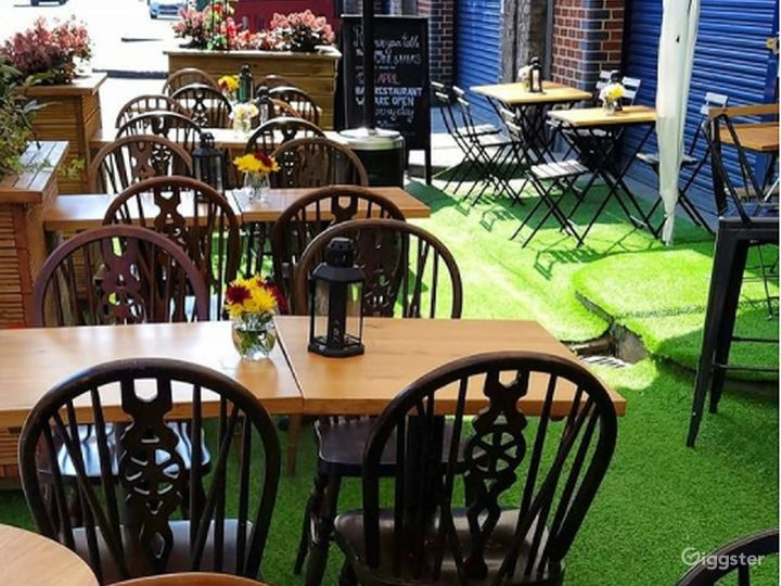Patio Area with Live band in London Photo 5