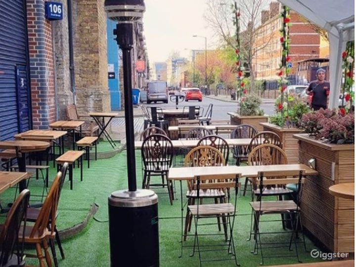 Patio Area with Live band in London Photo 2